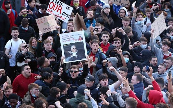 欧州スーパーリーグ構想に関与したアーセナルのオーナーに対して抗議するファンたち=ロイター