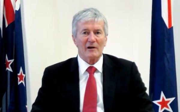 インタビューに答えるニュージーランドのオコナー貿易・輸出振興相(21日)