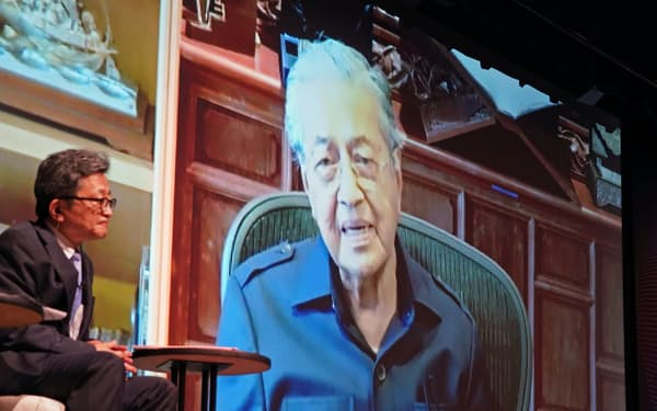 講演するマレーシアのマハティール前首相。手前はモデレーターの原田亮介日本経済新聞社論説主幹(21日午後、東京都千代田区)