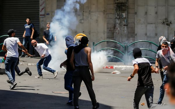ヨルダン川西岸でイスラエルに抗議するパレスチナ住民の人々=ロイター
