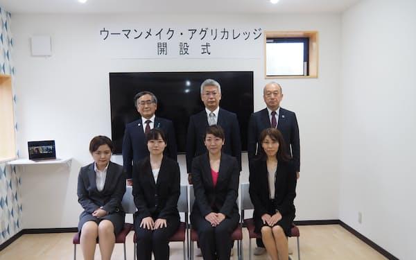ウーマンメイクの平山亜美社長(前列右から2人目)も新規に就農した(5月20日、大分県国東市)