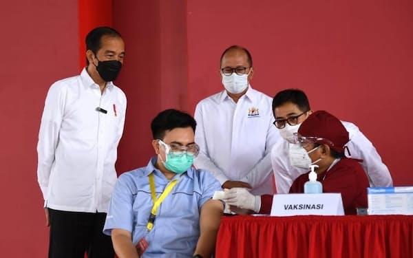 民間企業の新型コロナウイルスのワクチン接種プログラムを視察するインドネシアのジョコ大統領(5月18日、西ジャワ州カラワチ)=同国大統領府提供