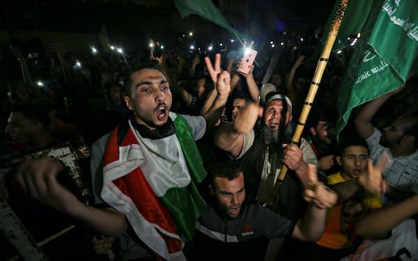 停戦を喜ぶガザ地区の人々(21日、ロイター)