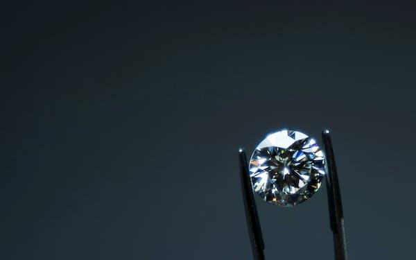 コロナ後の経済回復をにらみ、天然ダイヤと人工ダイヤのせめぎ合いが続く=ロイター