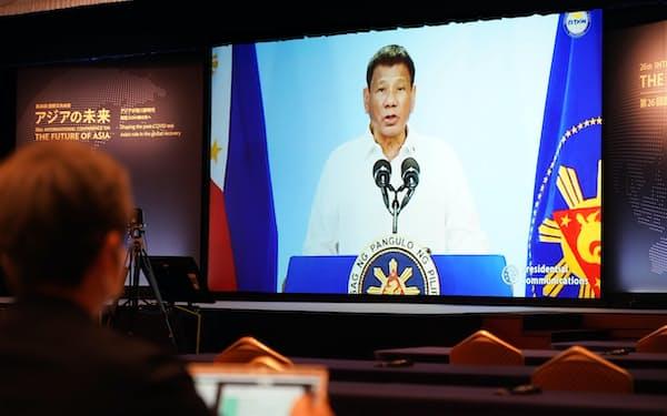 「アジアの未来」で講演するフィリピンのドゥテルテ大統領(21日午後、東京都千代田区)