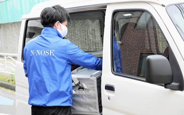 ヒロツバイオが手掛けるがん検査の尿検体を回収するGENieのスタッフ