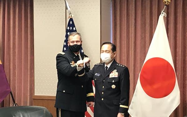 ディキンソン米統合宇宙軍司令官(左)と会談する山崎統幕長(21日、防衛省)