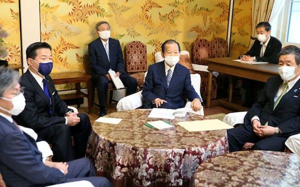 国会内で会談に臨む自民党の二階幹事長(中央右)と立憲民主党の福山幹事長(同左)=18日午後