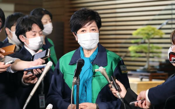 菅首相との会談を終え、報道陣の質問に答える小池都知事(21日午後、首相官邸)
