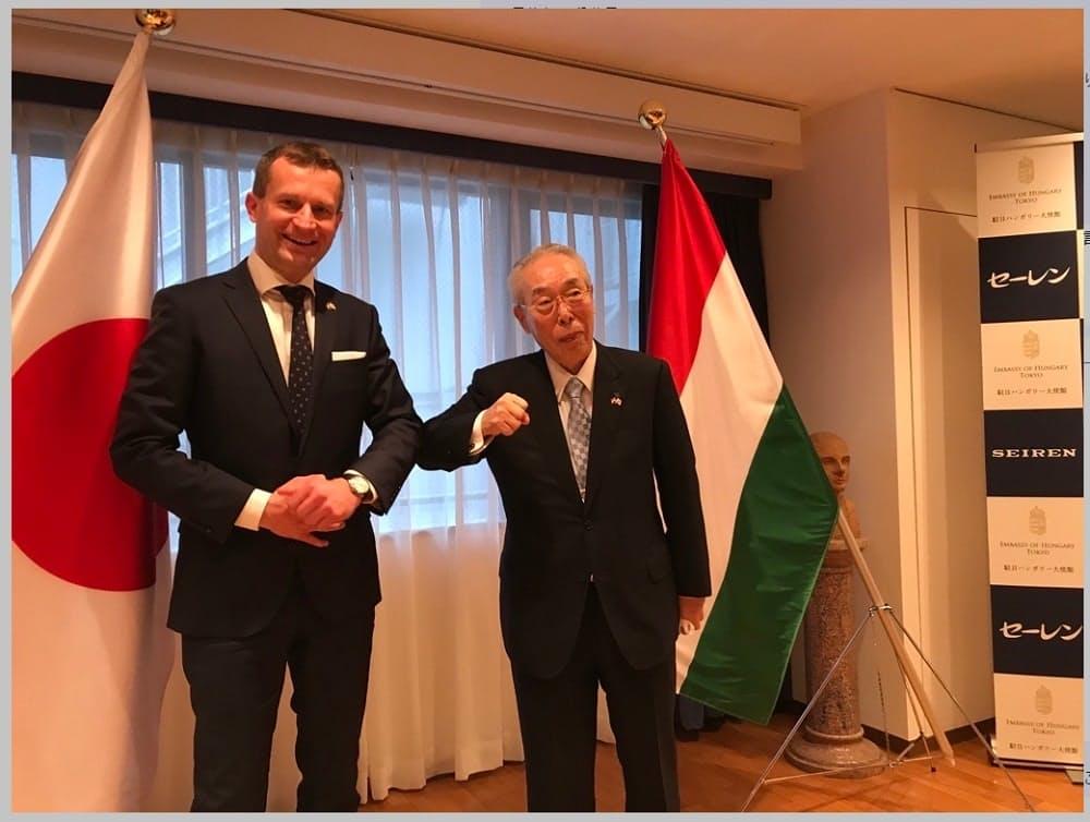 記者会見したセーレンの川田会長(右)と駐日ハンガリー特命全権大使のパラノビチ・ノルバート氏