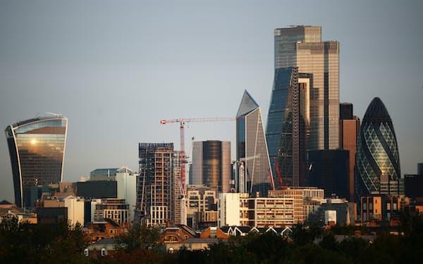 多くの企業が在宅勤務を続けている(ロンドン金融街シティーの高層ビル群)=ロイター