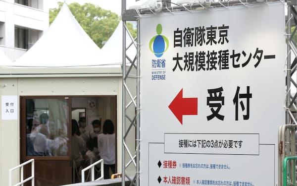 設営準備が進む大規模接種センターの東京会場(東京・大手町)