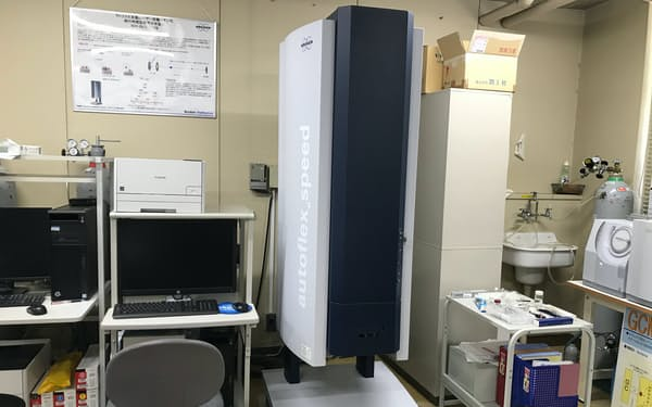 最新の測定機を使って細菌などを分析する(写真は九産大の研究用機器)