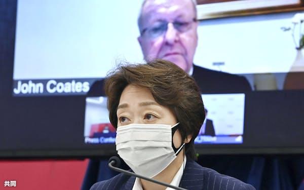 記者会見する東京五輪・パラリンピック大会組織委の橋本聖子会長(21日、東京都中央区)=代表撮影