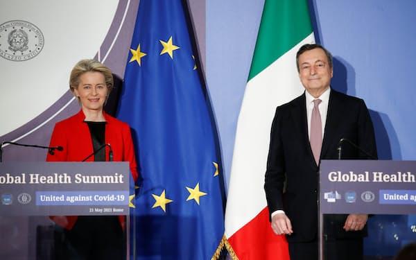 サミットを共催した欧州連合(EU)の欧州委員会のフォンデアライエン委員長㊧とイタリアのドラギ首相(21日、ローマ)=ロイター