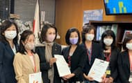 NPO法人Fineスタッフとともに、三原じゅん子厚生労働副大臣、野田聖子衆議院議員に、不妊治療の経済的負担軽減の署名簿と要望書を提出した