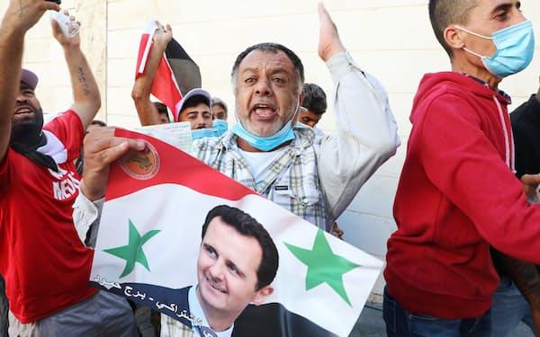 20日、在外投票が行われるレバノンのシリア大使館を訪れたアサド氏の支持者ら=ロイター