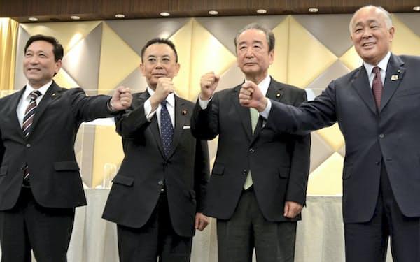 東京都議選での選挙協力を発表した公明党都本部の高木陽介代表(中央左)と自民党都連の鴨下一郎会長(同右)ら=3月、東京都内のホテル