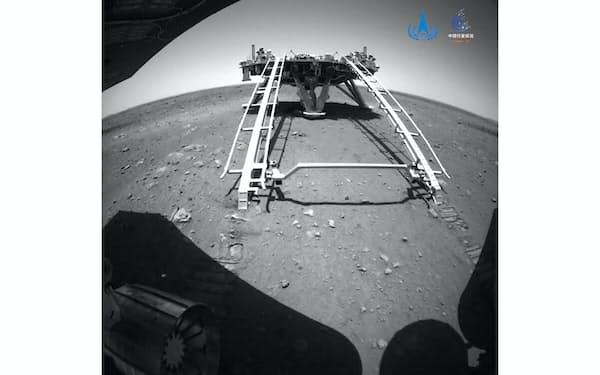 探査車から送られてきた火星表面の写真=中国国家宇宙局提供・AP