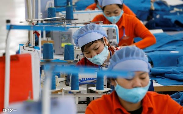 東南アジアの工場などでは強制労働の横行が社会問題化してきた(ベトナムの縫製工場)=ロイター