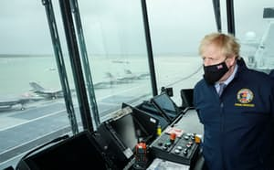 日本に派遣する英空母を視察するジョンソン英首相(ロイター)