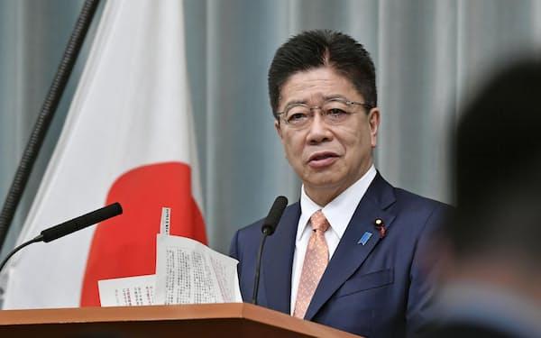加藤官房長官はNHKの番組で、東京五輪・パラリンピックについても言及した=共同