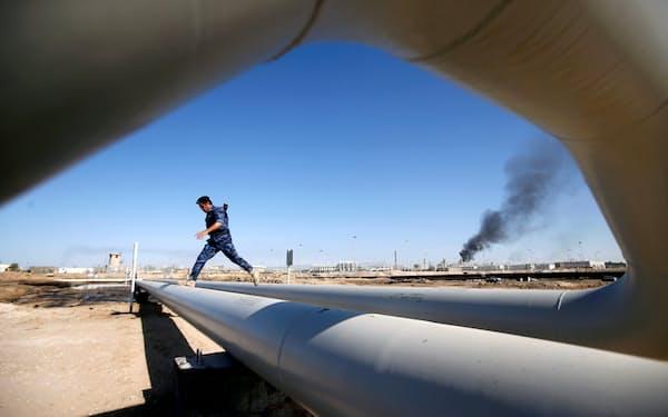 エコノミスト誌の分析によると、世界上位20のESファンドの実に17が依然として化石燃料を生産する企業に投資しているという(米エクソンモービルが操業するイラクの油田)=ロイター