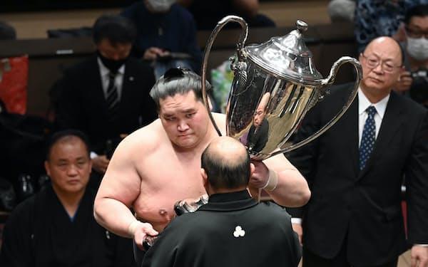 優勝し、八角理事長から賜杯を受け取る照ノ富士