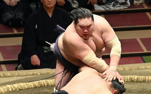 優勝決定戦で貴景勝(手前)を下し、4度目の優勝を果たした照ノ富士
