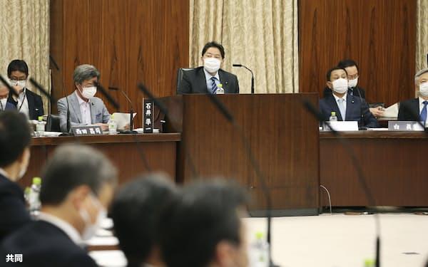 国民投票法改正案の審議が始まった参院憲法審査会。奥中央は林芳正会長(19日午後)=共同