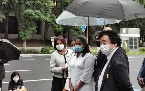 上川法相との面会に向かう死亡女性の遺族(18日、法務省前)