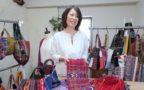 アジア、中南米、アフリカの布や織物を使ってバッグを作る「きびるアクション」の武堂詠子さん(埼玉県所沢市)