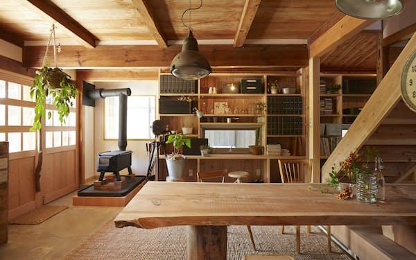 山一木材が基本設計や内装を手掛けた住宅。木目など素材の個性を生かす