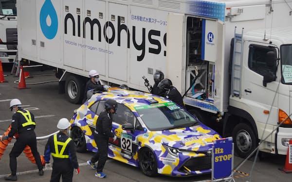 耐久レースに参戦した水素エンジン車の充填作業(静岡県小山町の富士スピードウェイ)