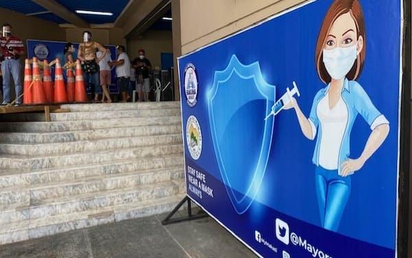 フィリピンは新型コロナワクチン接種を急ぐ(24日、マニラの大規模接種会場)