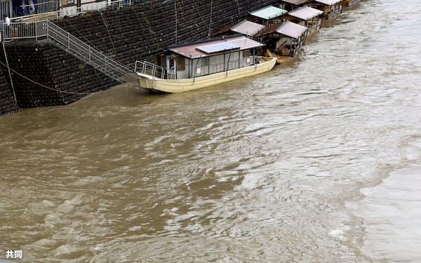 東海地方は過去2番目に早い梅雨入りとなった(21日午後、大雨で増水した岐阜市の長良川)=共同