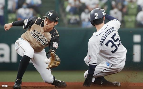 1回西武無死一塁、打者源田のとき、若林が二盗。遊撃手石井=メットライフドーム
