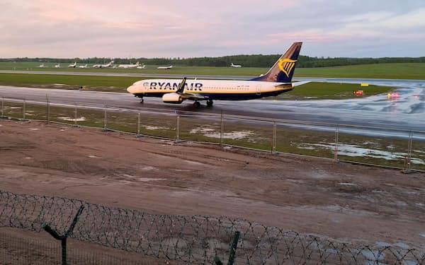 ベラルーシで強制着陸後、本来の目的地であるリトアニアの空港に着陸したライアンエアー機(23日)=ロイター