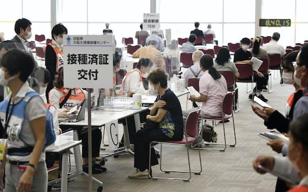 大阪市に開設された新型コロナウイルスワクチン大規模接種センター=24日午前(代表撮影)