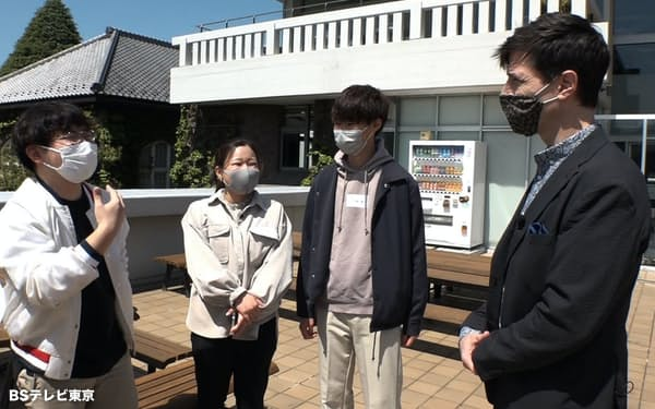 パックン(右)は将来、起業したいと考える学生と出会った(4月、東京都豊島区)=BSテレビ東京提供