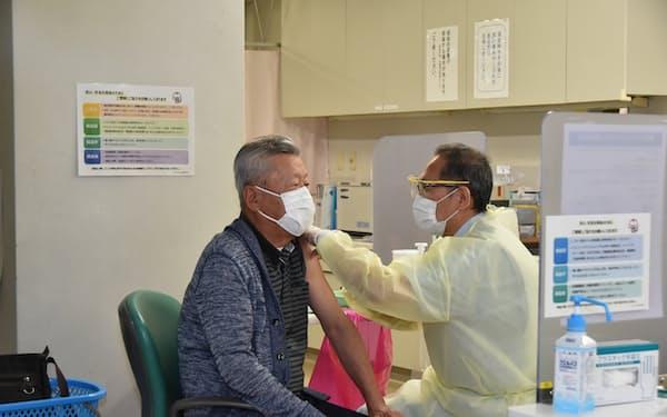高齢者向け集団接種が長岡市でも始まった(22日、長岡赤十字病院)