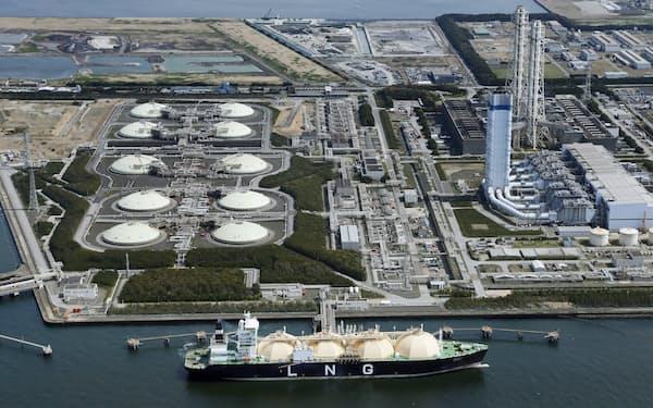東京電力富津火力発電所に接岸するLNG船(千葉県富津市)