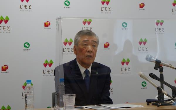 他行などとの連携について仙台銀行の鈴木頭取は、きらやか銀行との統合深化を最優先とする考えを示した(14日、仙台市)