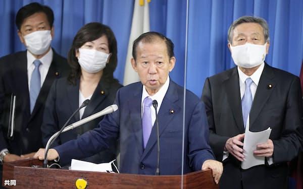 記者会見する自民党の二階幹事長(左から3人目)=24日午後、東京・永田町の党本部