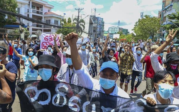 12日、ミャンマーの最大都市ヤンゴンで抗議デモを行う人々。表現の自由は後退の一途をたどる=AP
