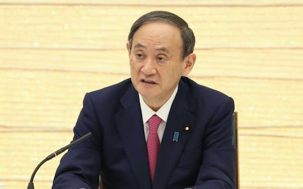 気候変動政策に関する有識者会議であいさつする菅首相(24日午後、首相官邸)