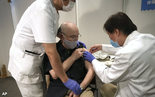 日本はワクチンの接種が大幅に遅れている(24日、東京・墨田)=AP