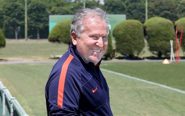 鹿島アントラーズ・テクニカルディレクター。1953年ブラジル・リオデジャネイロ生まれ。サッカーの王様ペレの後継者と目された名選手。1981年フラメンゴでクラブ世界一に輝き、ワールドカップ(W杯)にも3度出場。1998年W杯ではブラジル代表のザガロ監督を補佐し準優勝、2002年から2006年まで日本代表監督も務めた。2016年日本サッカー殿堂入り(三浦秀行撮影)