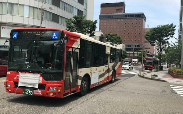 金沢市の中心部には多くのバスが行き交う