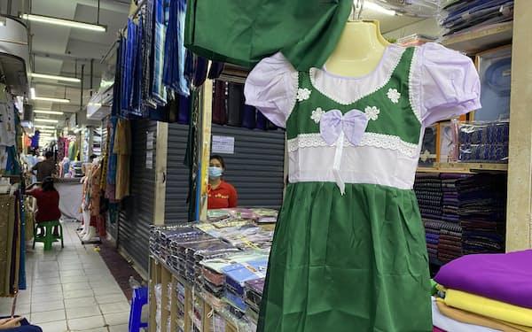 新学期直前になっても学校の制服を売る店はまばら(25日、ヤンゴン)